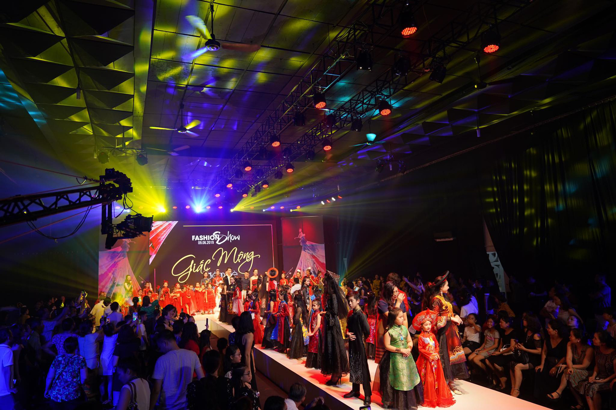 """Show thời trang """"Cổ tích hiện đại"""" với sự xuất hiện của Hoa hậu Trần Tiểu Vy, Miss World Lương Thùy Linh - Ảnh 2."""