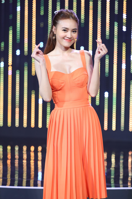 Hương Giang, Hari Won hào hứng kể về nụ hôn đầu đời đặc biệt - Ảnh 4.
