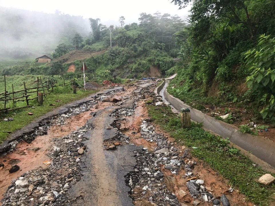 Một số tuyến đường ở Lào Cai sạt lở nghiêm trọng do mưa lũ - Ảnh 5.