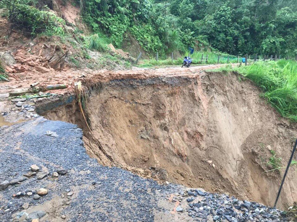 Một số tuyến đường ở Lào Cai sạt lở nghiêm trọng do mưa lũ - Ảnh 1.