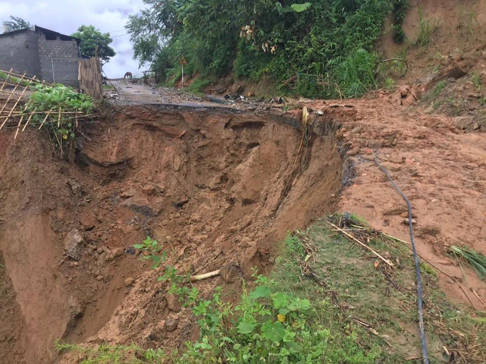 Một số tuyến đường ở Lào Cai sạt lở nghiêm trọng do mưa lũ - Ảnh 4.