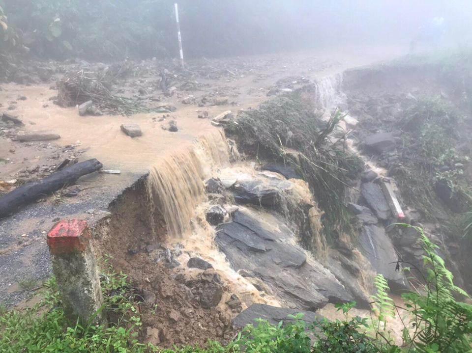 Một số tuyến đường ở Lào Cai sạt lở nghiêm trọng do mưa lũ - Ảnh 3.