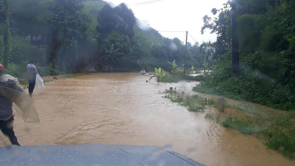 Một số tuyến đường ở Lào Cai sạt lở nghiêm trọng do mưa lũ - Ảnh 7.
