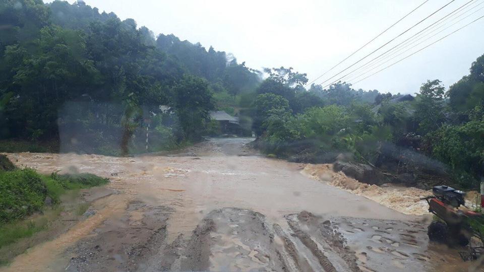 Một số tuyến đường ở Lào Cai sạt lở nghiêm trọng do mưa lũ - Ảnh 6.