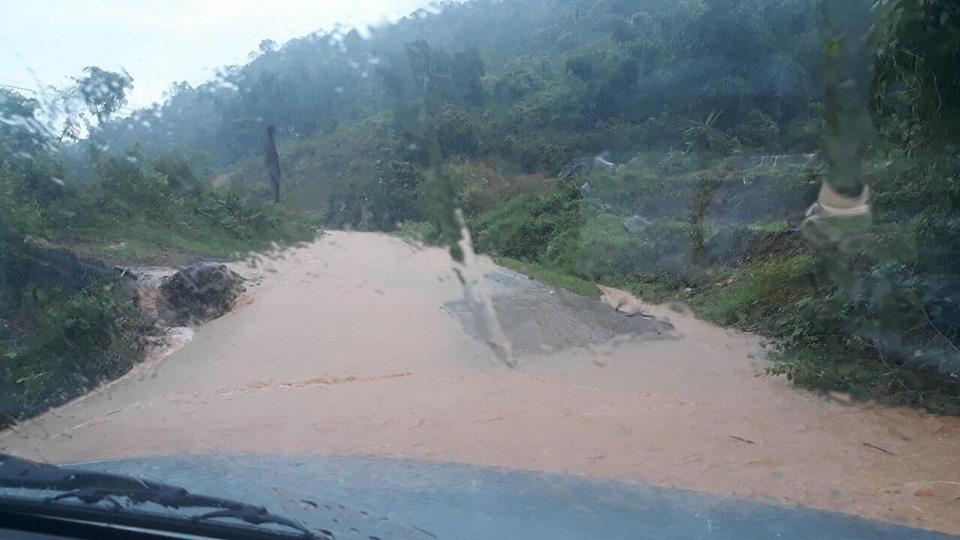 Một số tuyến đường ở Lào Cai sạt lở nghiêm trọng do mưa lũ - Ảnh 10.
