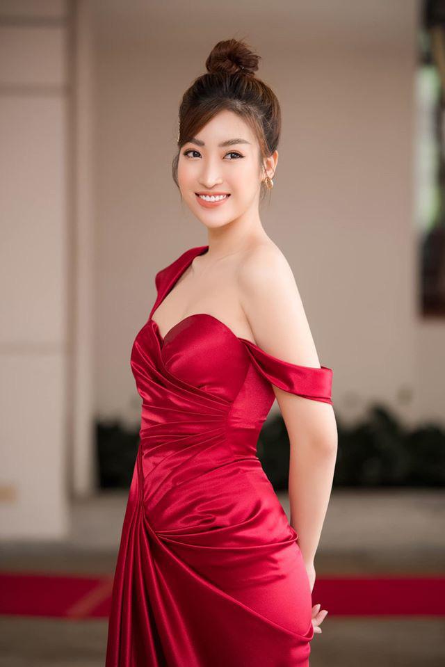 """Hoàng Thùy tung clip mặc """"nửa kín nửa hở"""", Đỗ Mỹ Linh khoe đẹp tựa nữ thần - Ảnh 1."""