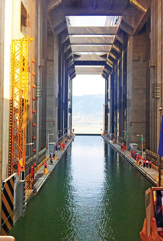Bên trong đập Tam Hiệp khổng lồ của Trung Quốc khiến thế giới choáng ngợp - Ảnh 13.