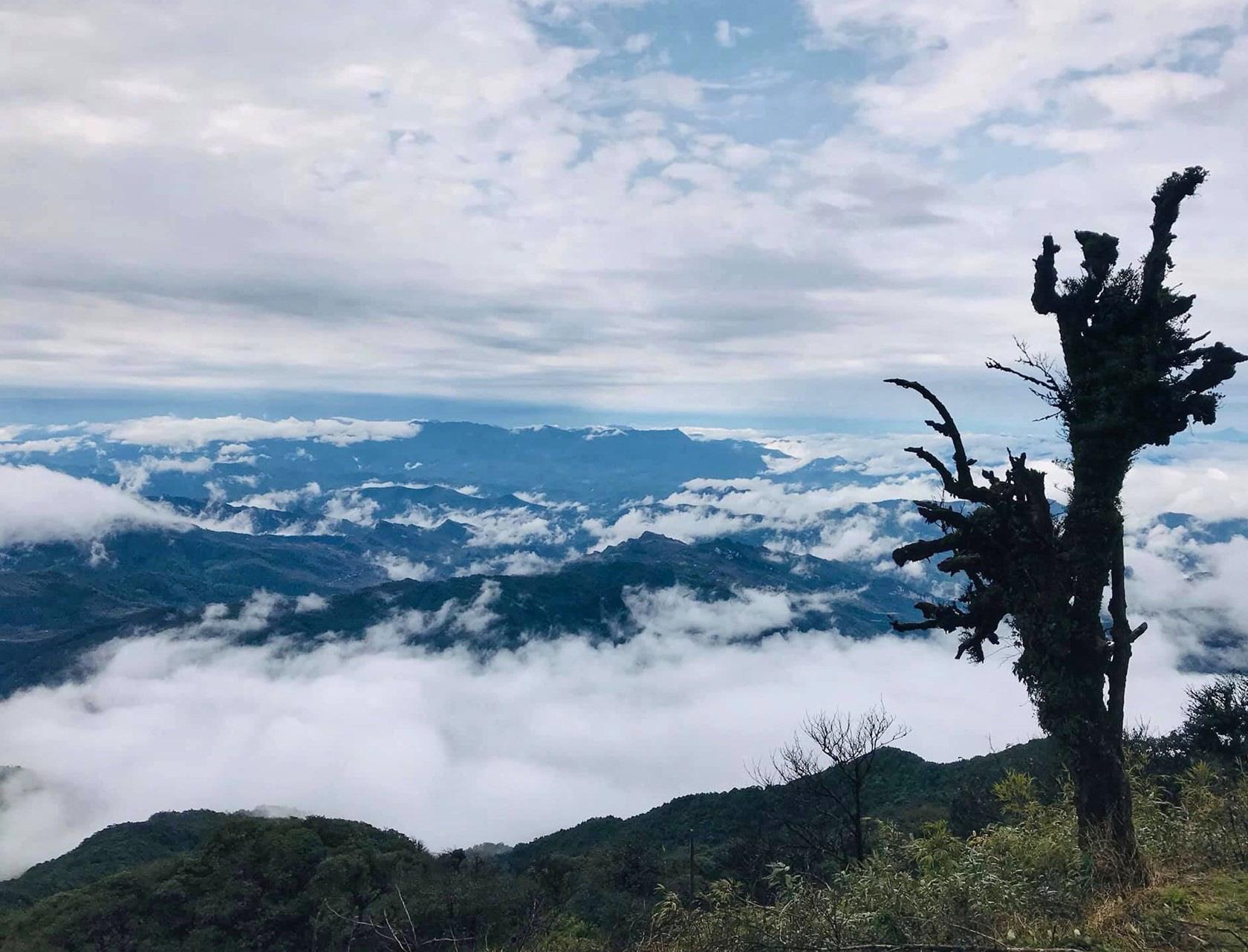 """Cao Bằng: Ở nơi này núi cỏ xanh rì, nằm xuống tha hồ ngắm """"thiên đường mây trắng"""" - Ảnh 1."""