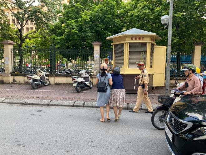 Bị tố ra giữa đường kéo ngã 2 phụ nữ đi xe máy, CSGT Hà Nội nói gì? - Ảnh 1.