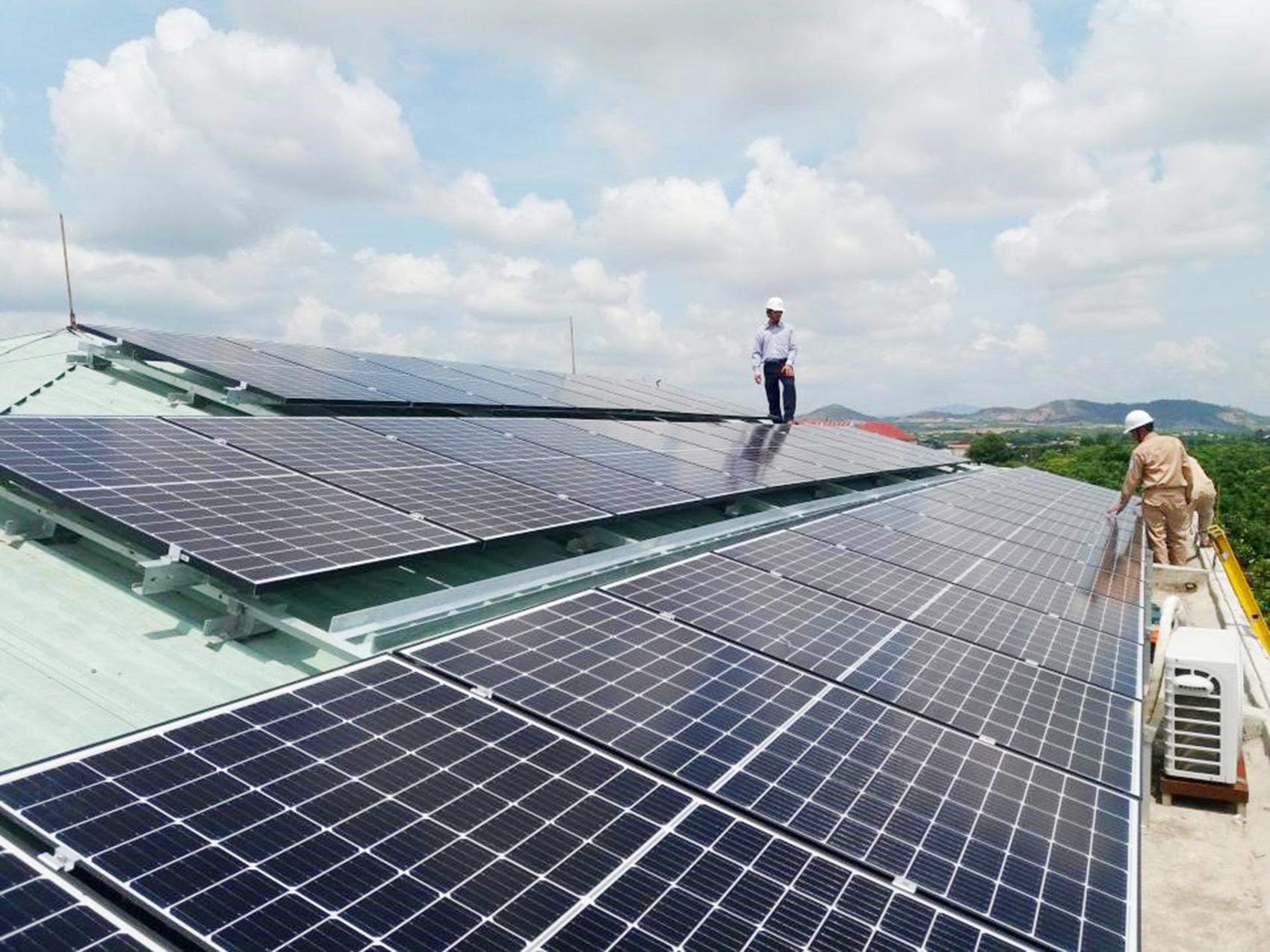 Dự án điện mặt trời mái nhà: Dân ồ ạt đăng ký nhưng chưa có thông tư - Ảnh 1.