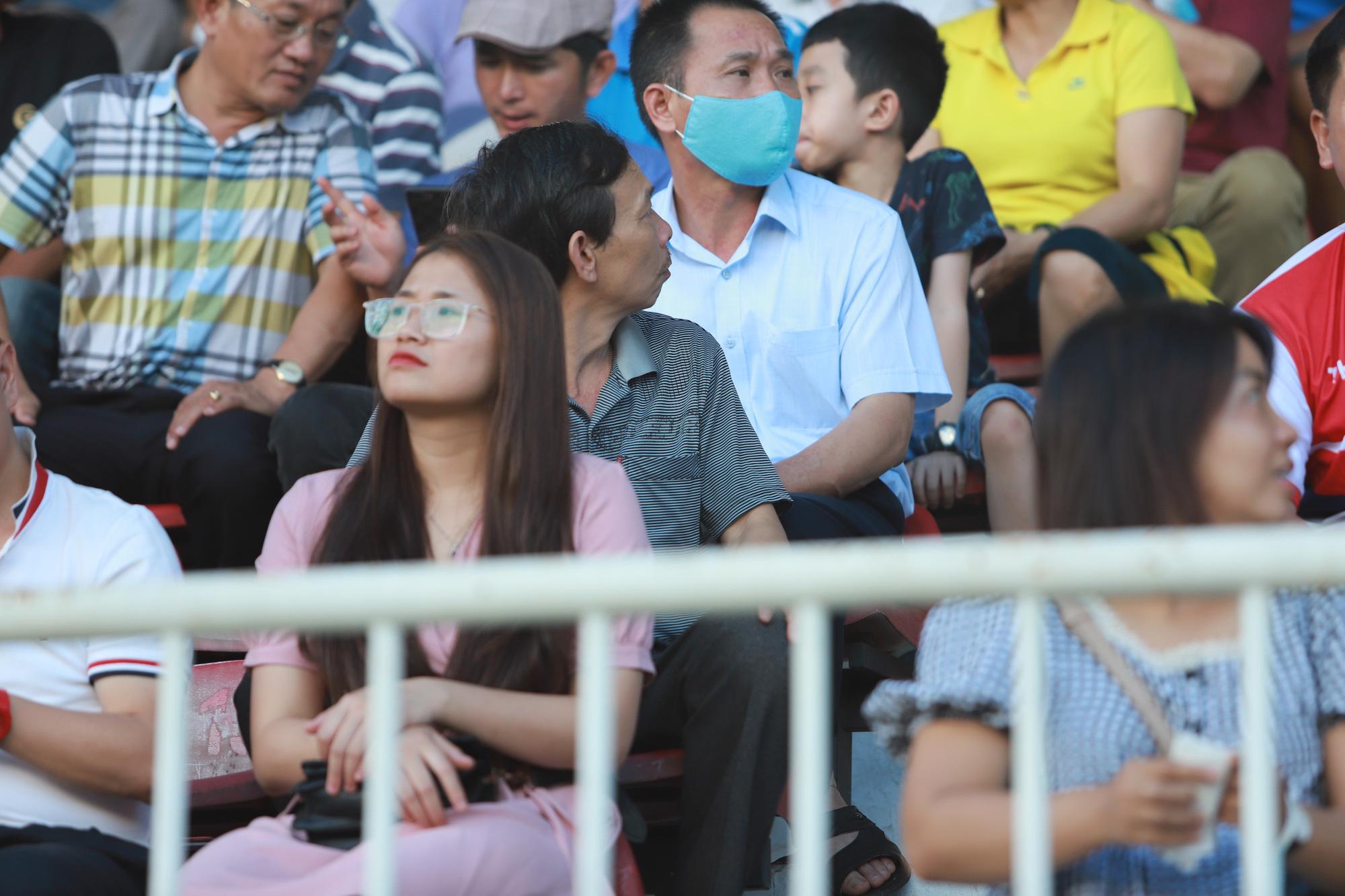 Fan nữ xinh HAGL & HL.Hà Tĩnh khoe sắc trên sân Pleiku - Ảnh 4.