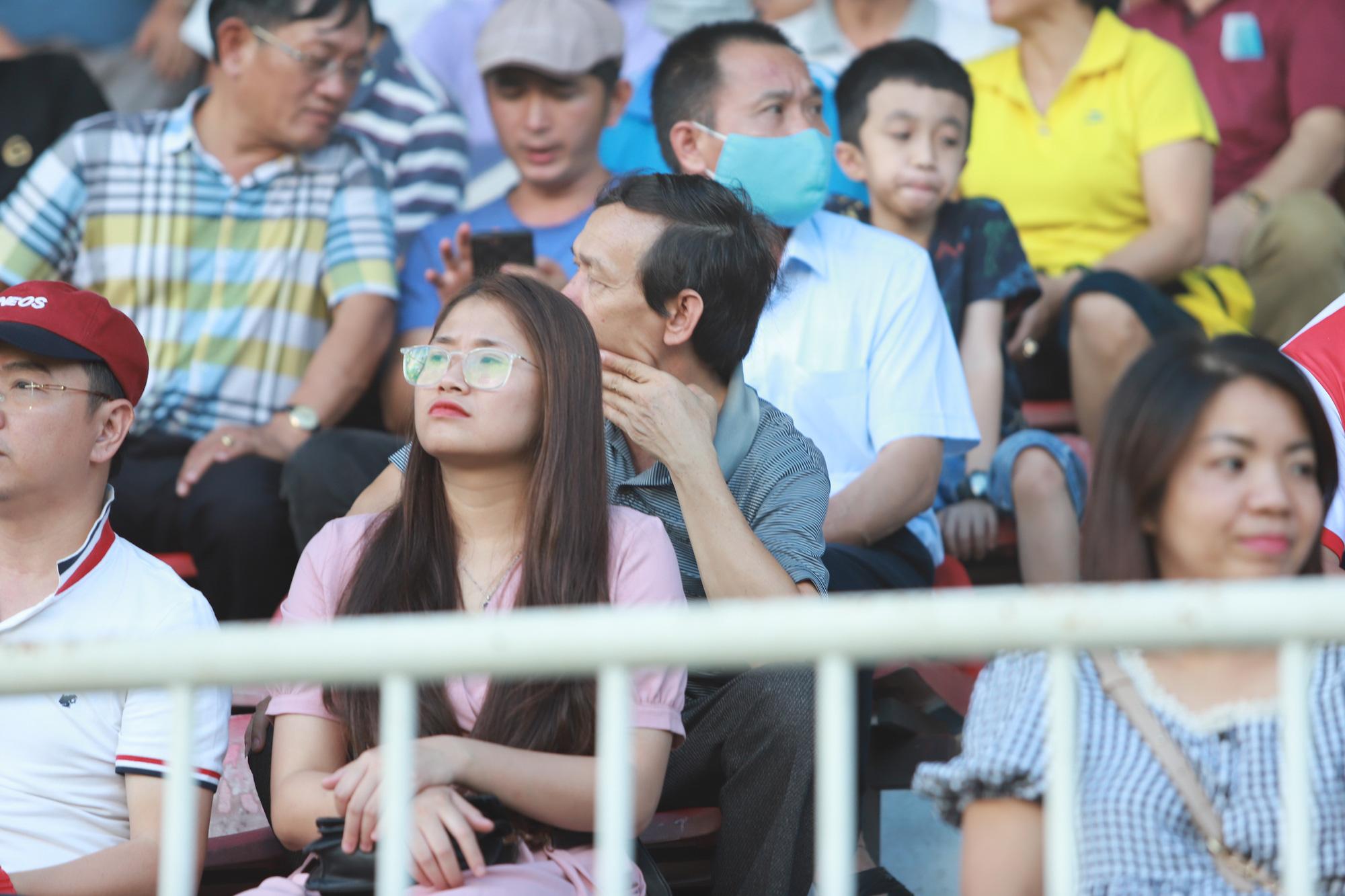 Fan nữ xinh HAGL & HL.Hà Tĩnh khoe sắc trên sân Pleiku - Ảnh 5.