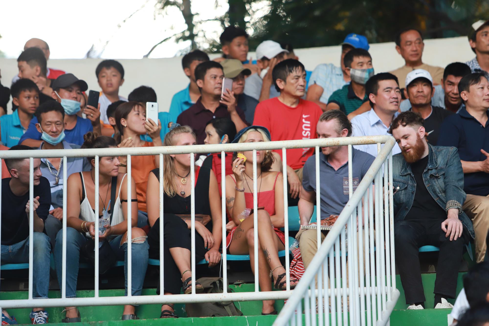 Fan nữ xinh HAGL & HL.Hà Tĩnh khoe sắc trên sân Pleiku - Ảnh 7.