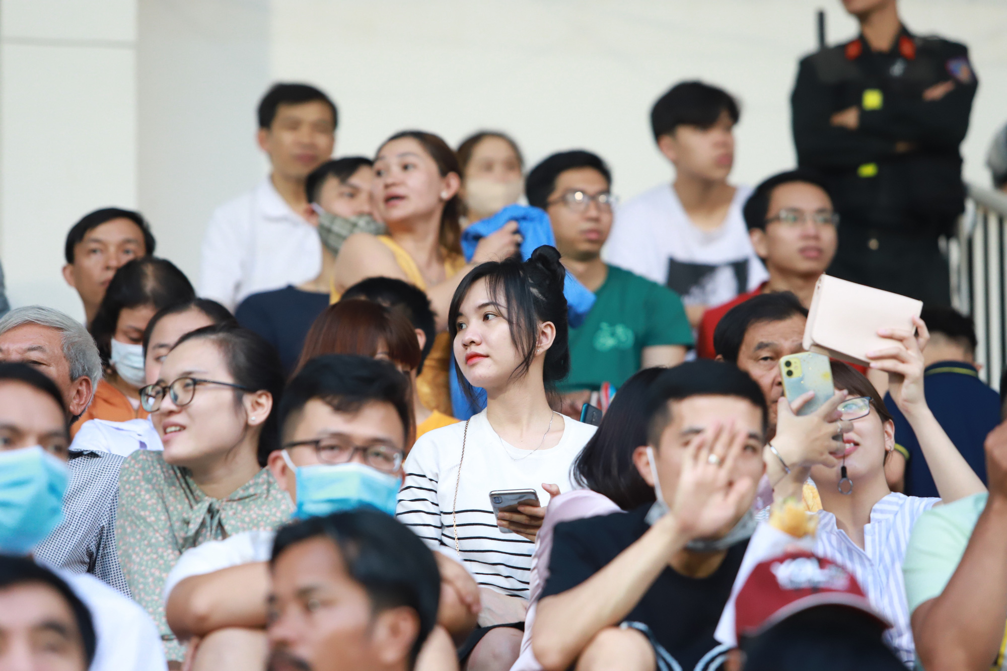 Fan nữ xinh HAGL & HL.Hà Tĩnh khoe sắc trên sân Pleiku - Ảnh 8.
