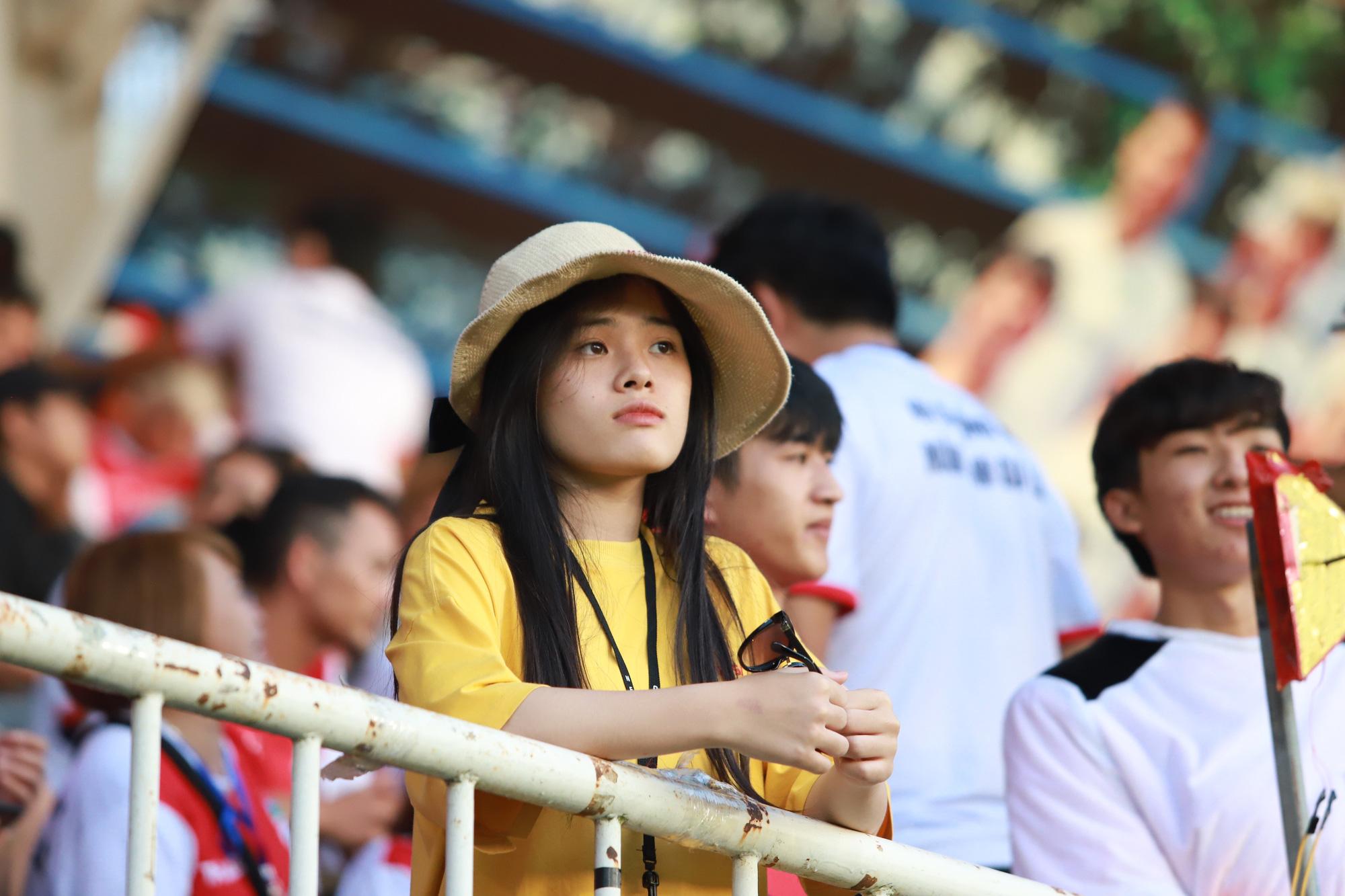 Fan nữ xinh HAGL & HL.Hà Tĩnh khoe sắc trên sân Pleiku - Ảnh 6.