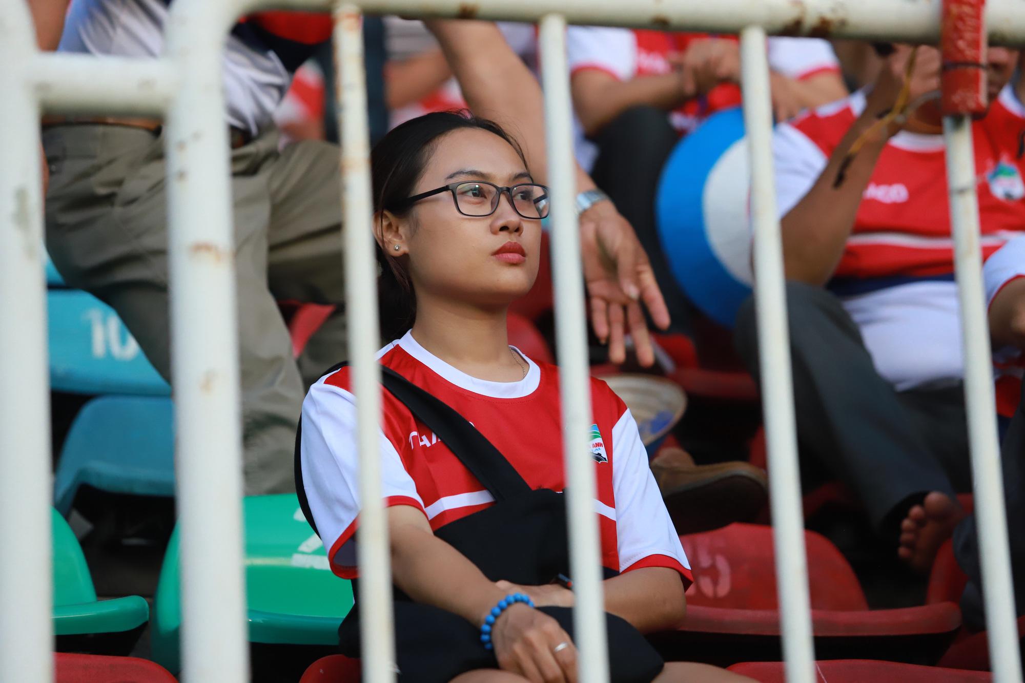 Fan nữ xinh HAGL & HL.Hà Tĩnh khoe sắc trên sân Pleiku - Ảnh 2.