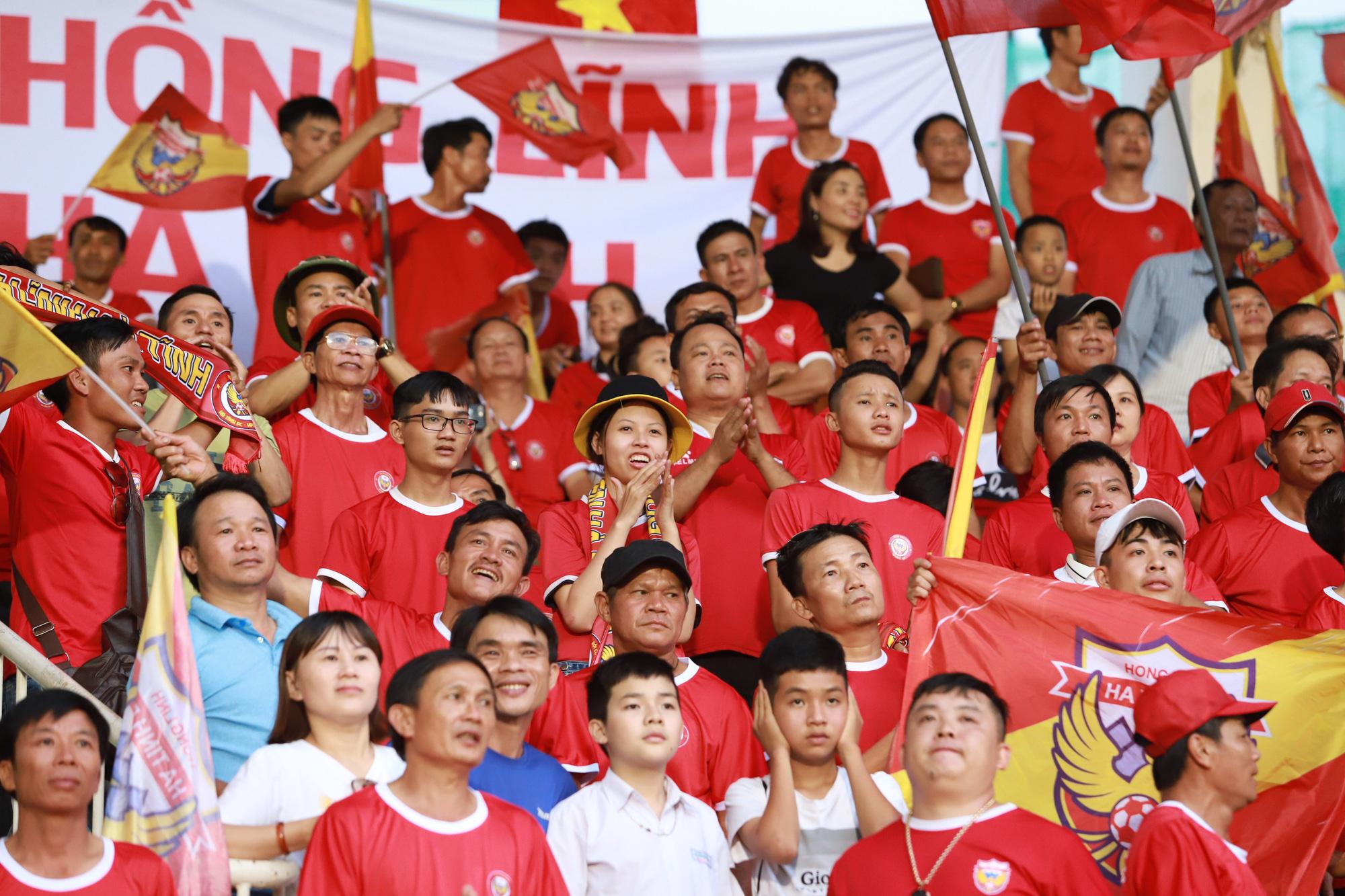 Fan nữ xinh HAGL & HL.Hà Tĩnh khoe sắc trên sân Pleiku - Ảnh 3.