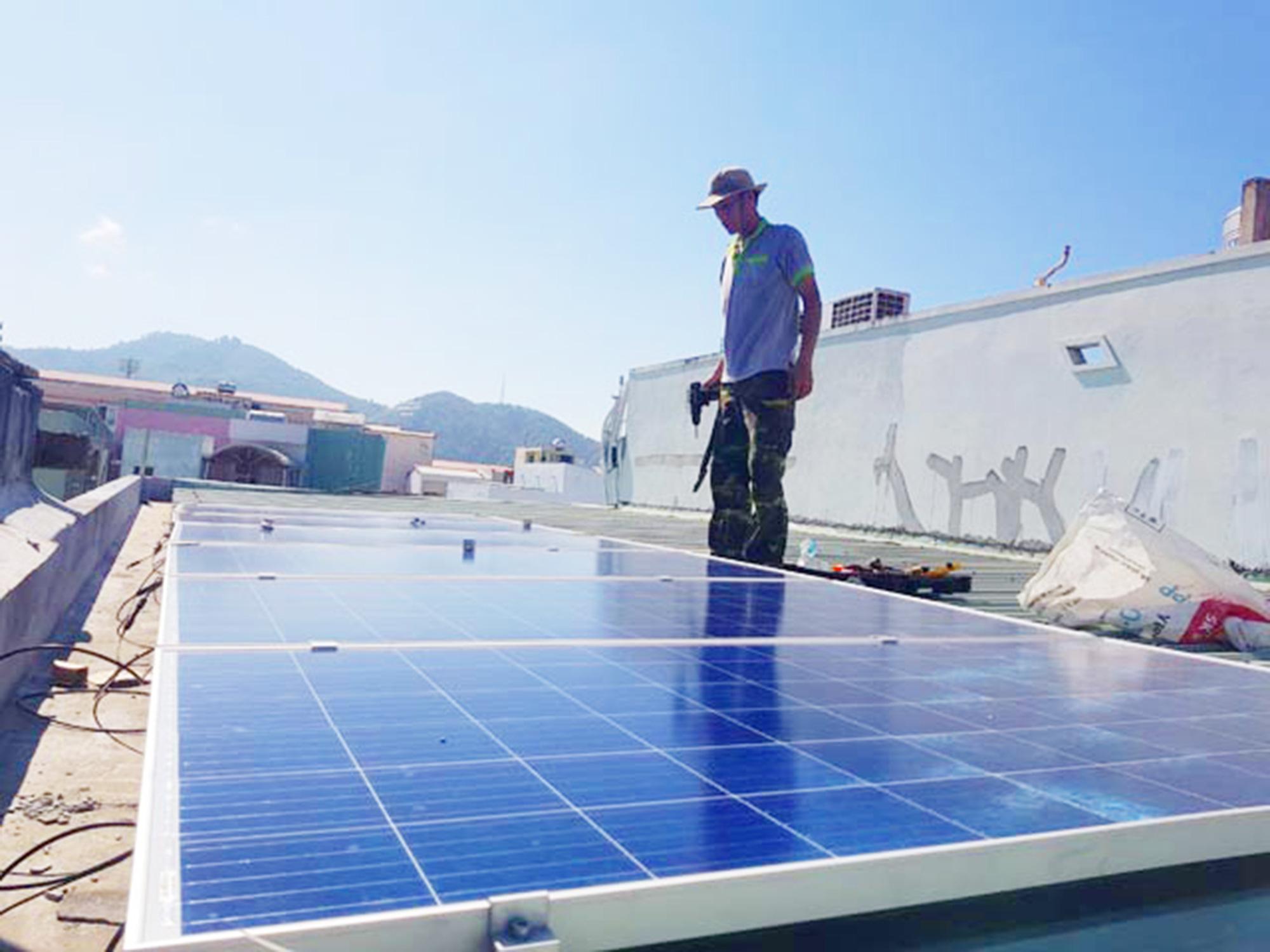 Dự án điện mặt trời mái nhà: Dân ồ ạt đăng ký nhưng chưa có thông tư - Ảnh 4.