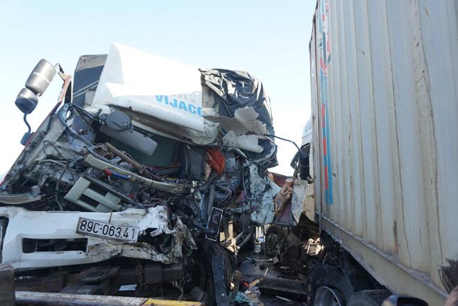 Sau cú đâm trực diện, đầu xe tải và container bị vò nát, 3 người thương vong - Ảnh 2.