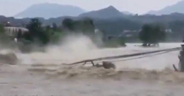Choáng váng cảnh cây cầu đá 400 tuổi bị sập thành từng mảnh vì mưa lớn ở Trung Quốc - Ảnh 2.