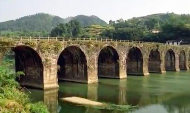 Choáng váng cảnh cây cầu đá 400 tuổi bị sập thành từng mảnh vì mưa lớn ở Trung Quốc - Ảnh 3.