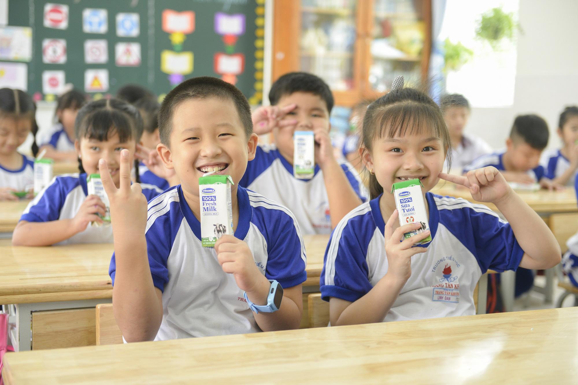 """Những giờ uống sữa """"vui khoẻ, an toàn"""" của học sinh TP.HCM - Ảnh 1."""