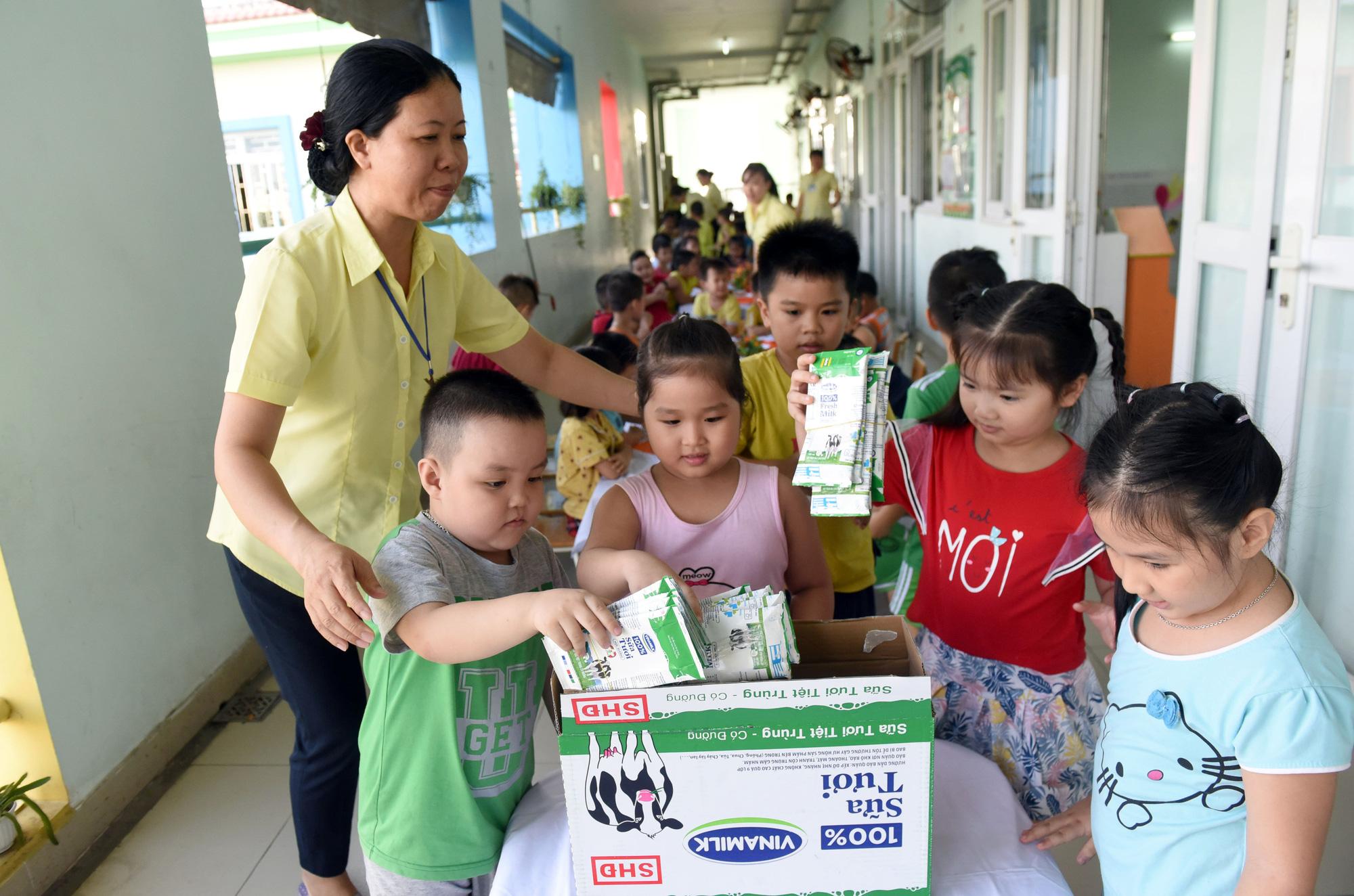 """Những giờ uống sữa """"vui khoẻ, an toàn"""" của học sinh TP.HCM - Ảnh 11."""