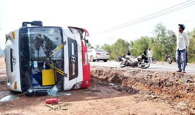 31 người kẹt trong ôtô lật ở Phú Quốc  - Ảnh 1.