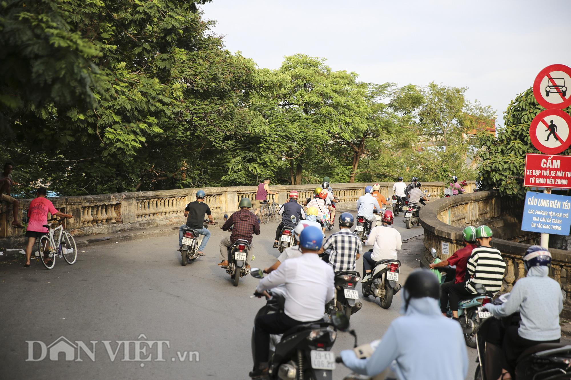 Mặc biển cấm, người dân vẫn vô tư đi bộ trên cầu Long Biên - Ảnh 1.