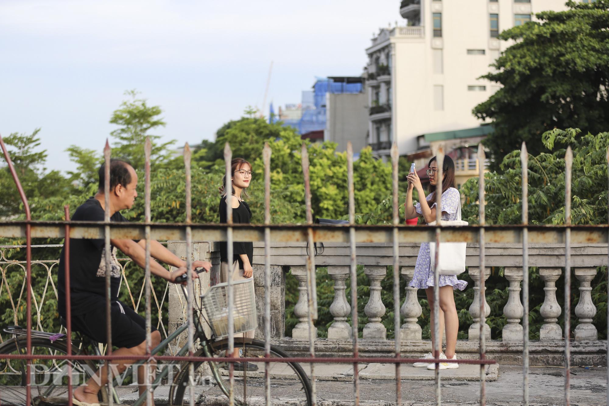 Mặc biển cấm, người dân vẫn vô tư đi bộ trên cầu Long Biên - Ảnh 10.