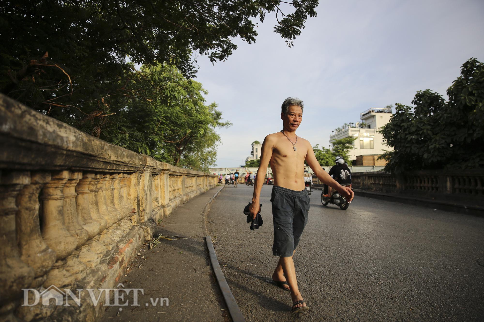 Mặc biển cấm, người dân vẫn vô tư đi bộ trên cầu Long Biên - Ảnh 11.