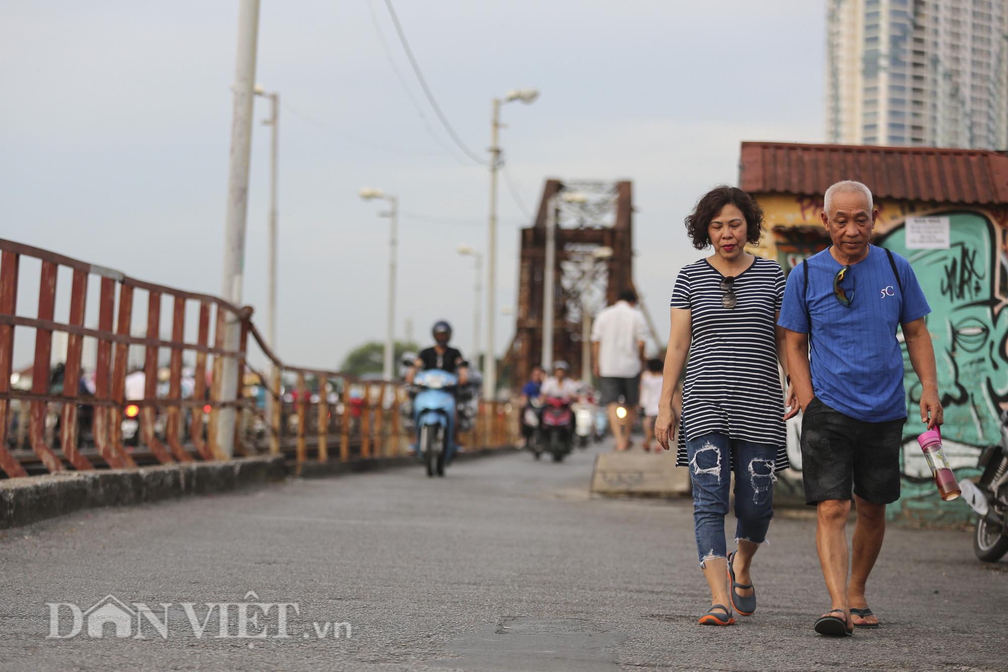Mặc biển cấm, người dân vẫn vô tư đi bộ trên cầu Long Biên - Ảnh 12.