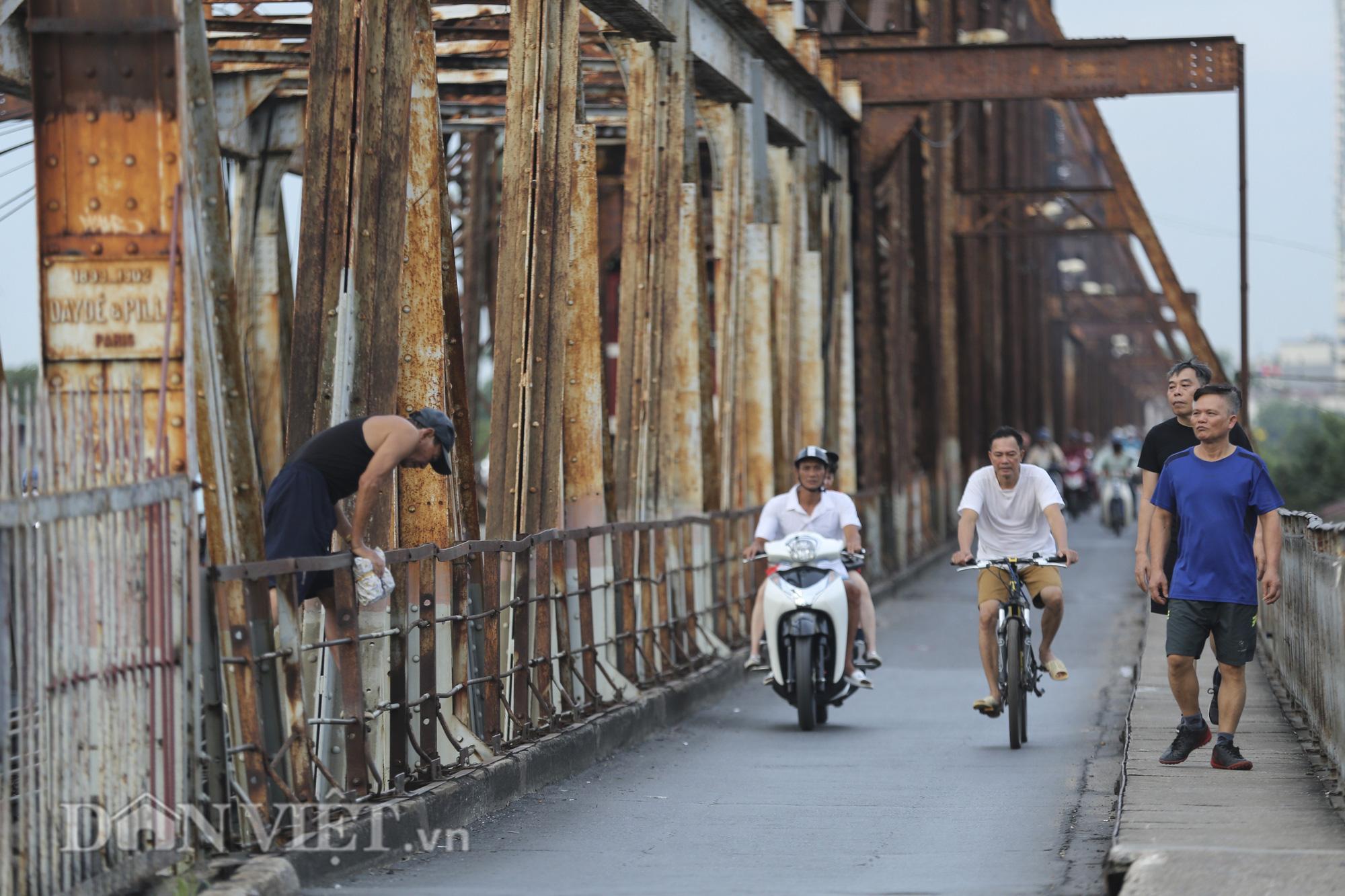 Mặc biển cấm, người dân vẫn vô tư đi bộ trên cầu Long Biên - Ảnh 2.