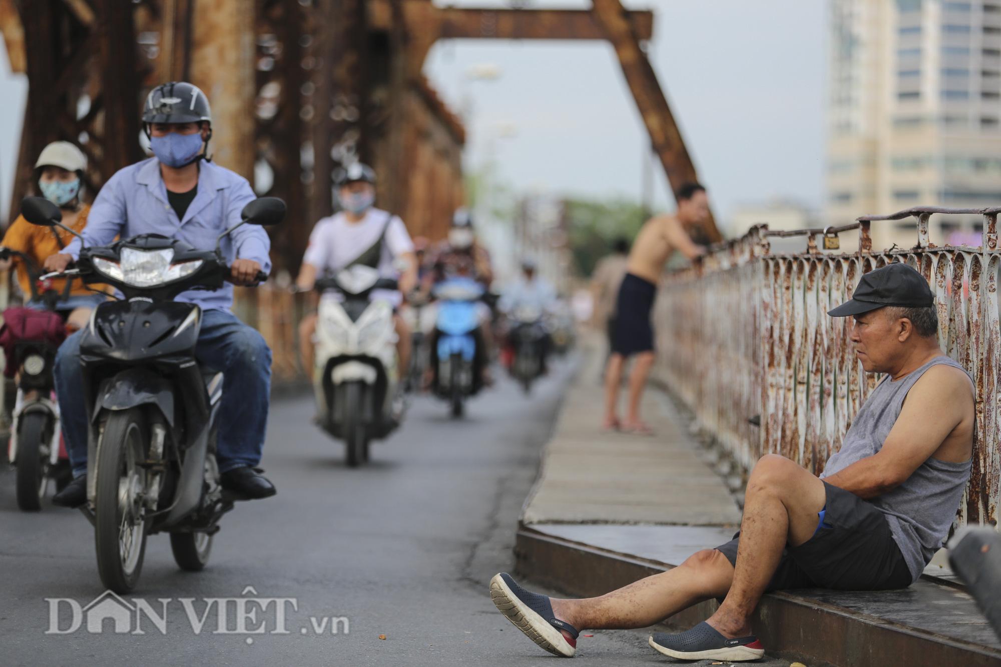 Mặc biển cấm, người dân vẫn vô tư đi bộ trên cầu Long Biên - Ảnh 3.