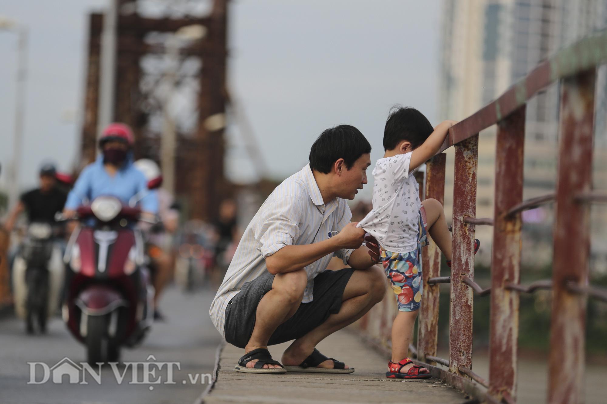 Mặc biển cấm, người dân vẫn vô tư đi bộ trên cầu Long Biên - Ảnh 4.