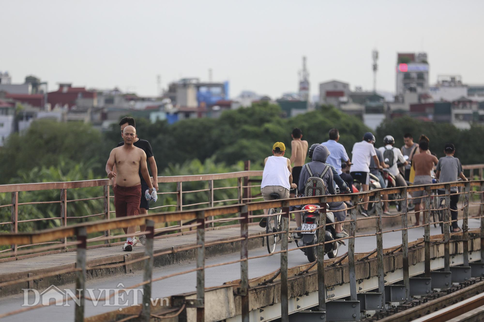 Mặc biển cấm, người dân vẫn vô tư đi bộ trên cầu Long Biên - Ảnh 5.