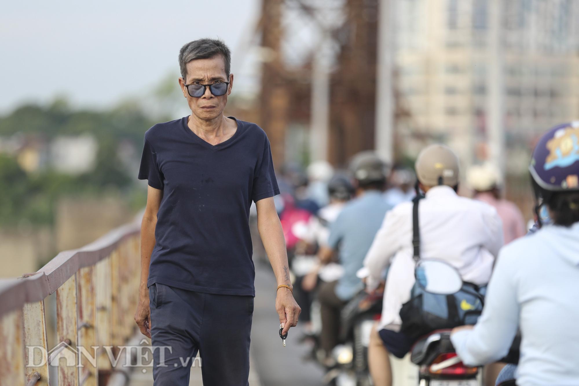 Mặc biển cấm, người dân vẫn vô tư đi bộ trên cầu Long Biên - Ảnh 6.