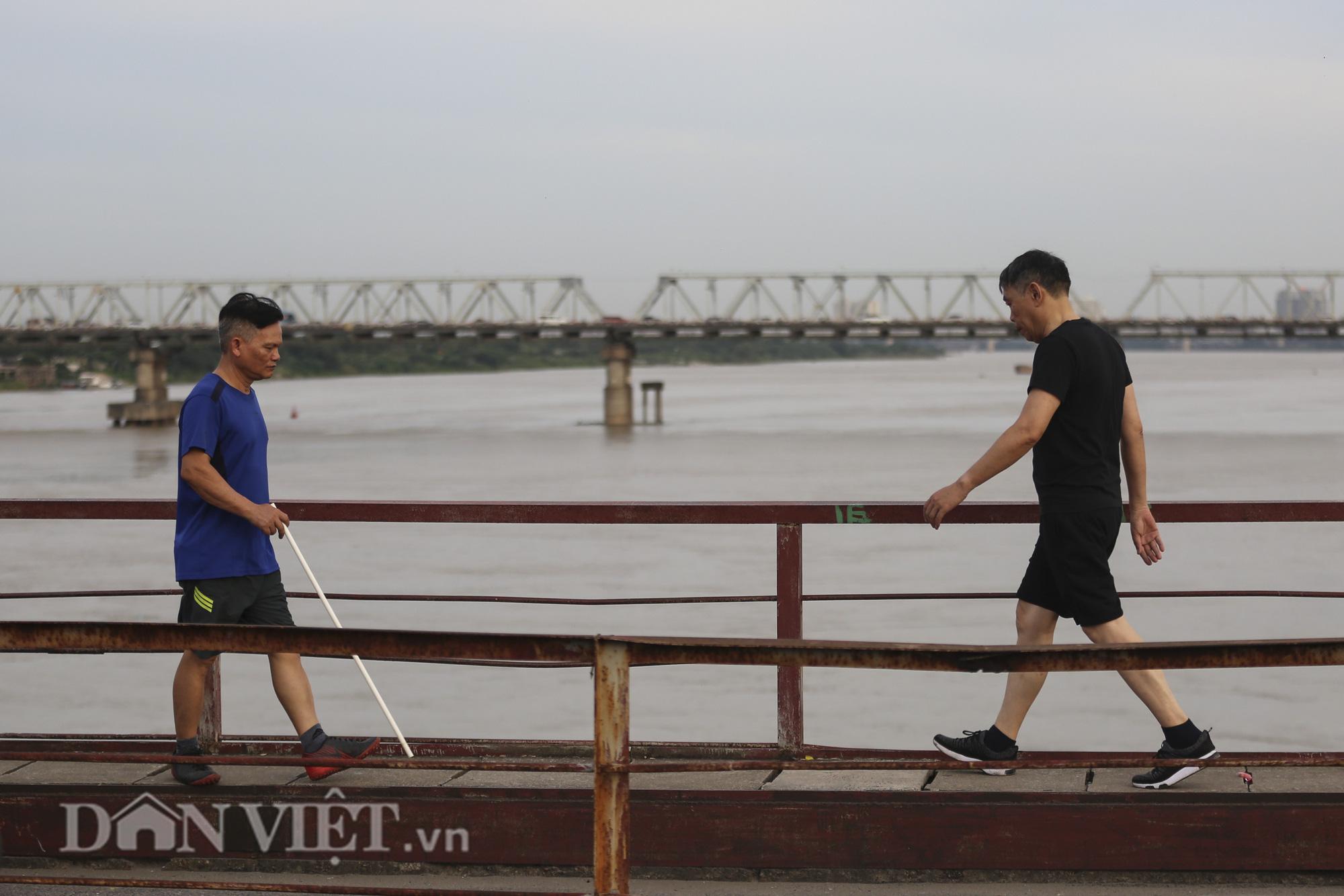Mặc biển cấm, người dân vẫn vô tư đi bộ trên cầu Long Biên - Ảnh 7.