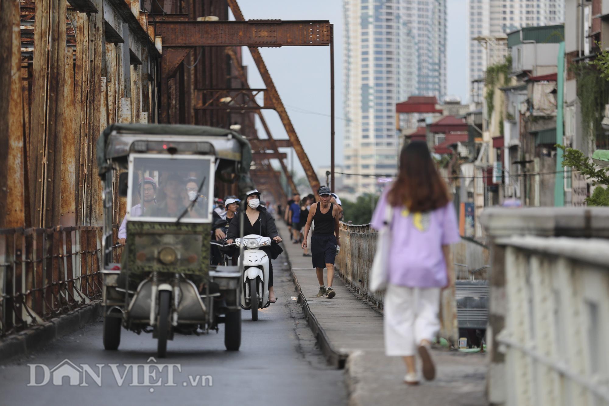 Mặc biển cấm, người dân vẫn vô tư đi bộ trên cầu Long Biên - Ảnh 8.