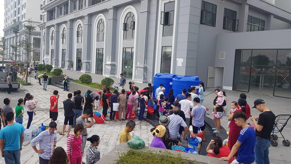 Chung cư Hateco Xuân Phương: Người dân về ở chưa được một năm, chịu cảnh mất nước gần chục lần - Ảnh 1.