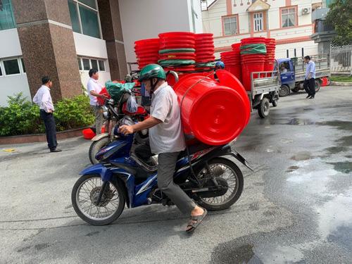 Trung ương Hội NDVN: Trao tặng 1.500 thùng dự trữ nước ngọt cho hội viên, nông dân - Ảnh 7.