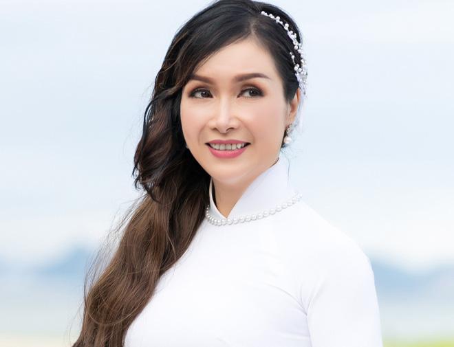 """""""Hoa hậu Việt Nam đầu tiên"""" từ chối đại gia, """"ở ẩn"""" khỏi showbiz vì """"tình yêu sét đánh"""" giờ ra sao? - Ảnh 6."""