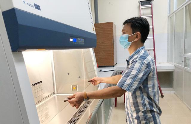 Quảng Ngãi: Đủ nhân lực và thiết bị để xét nghiệm tại chỗ SARS-CoV-2   - Ảnh 1.