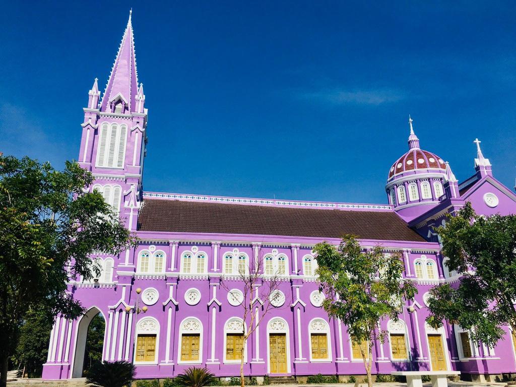 Nhà thờ màu tím, hồng nổi bật giữa nền trời ở Nghệ An - Ảnh 2.