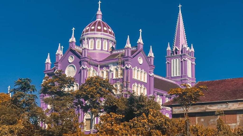 Nhà thờ màu tím, hồng nổi bật giữa nền trời ở Nghệ An - Ảnh 3.