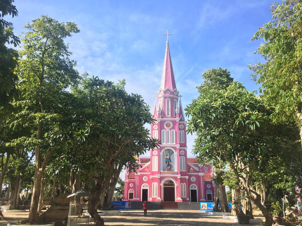 Nhà thờ màu tím, hồng nổi bật giữa nền trời ở Nghệ An - Ảnh 5.
