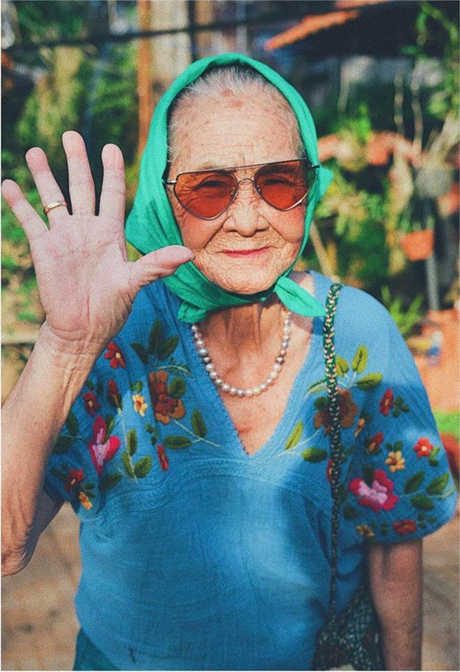 Bà ngoại U90 lên đồ cực chất, gương mặt đứng sau mới đáng gờm - Ảnh 1.