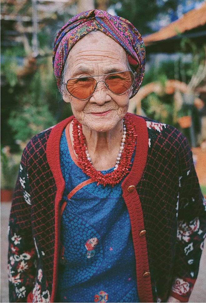Bà ngoại U90 lên đồ cực chất, gương mặt đứng sau mới đáng gờm - Ảnh 2.