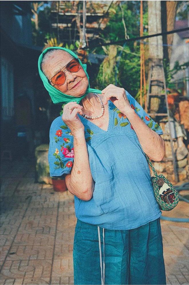 Bà ngoại U90 lên đồ cực chất, gương mặt đứng sau mới đáng gờm - Ảnh 5.