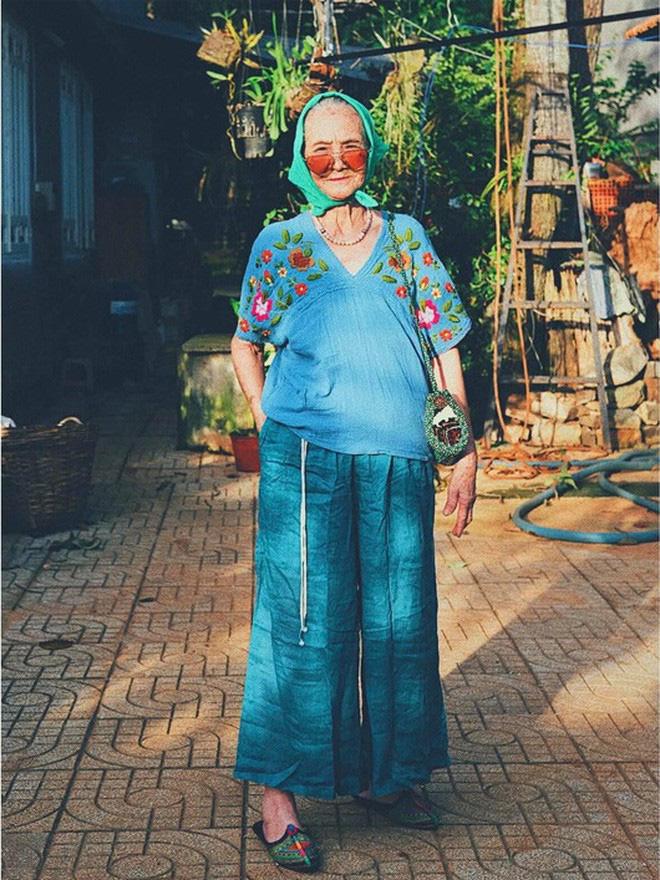 Bà ngoại U90 lên đồ cực chất, gương mặt đứng sau mới đáng gờm - Ảnh 6.